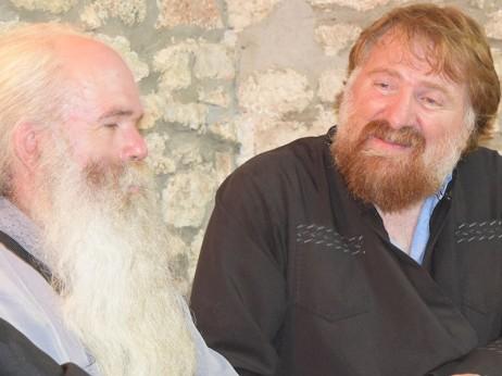 Отец Дмитрий от Молдова (вдясно)