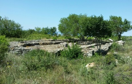 Руините на базиликата  в чест на светите безсребреници Козма и Дамян, нос Чиракмана, Каварна