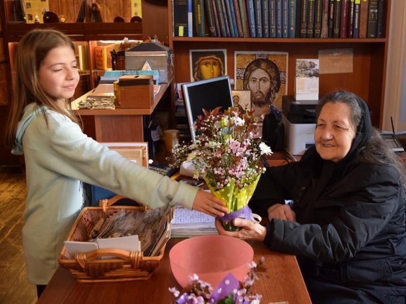 Подарък получи и леля Руска в знак на благодарност за грижите за всички нас и за градината на храма