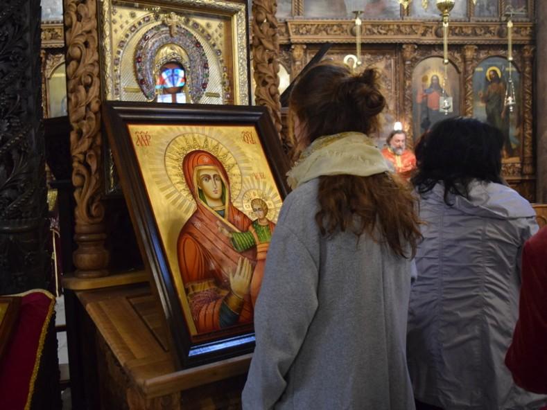 Новата икона - копие на Чипровската чудотворна икона на Пресвета Богородица - дарение на проф. Иван Гаврилов за децата от енорията