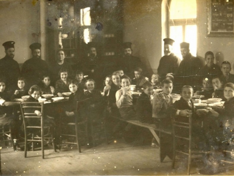 """Църковна безплатна трапезария при храм """"Св. Петка"""". През 1928 г. е построена пристройката към черквата - днешната кръщелна. До 1945 г. тя е ползвана като кухня за бедни (chernomore.bg)"""