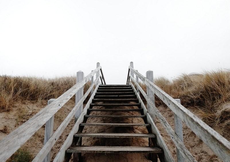Източник: unsplash.com_Wooden Stairs_Yusuf-Evli
