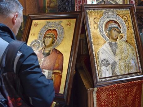 Празник в храма с иконите на Пресвета Богородица - от Бачковския манастир и Троеручица от Троянския манастир - копия, дарени на Неделното училище